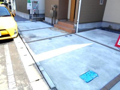駐車場に車を止められます。車種により。駐車2台。2399から2299万円に価格変更です。