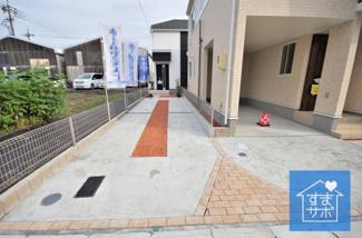 2号棟 現地(2019年7月)撮影 堂々完成しました!即入居可♪ 敷地面積110.86㎡(33.53坪)。 駐車並列2台可能。
