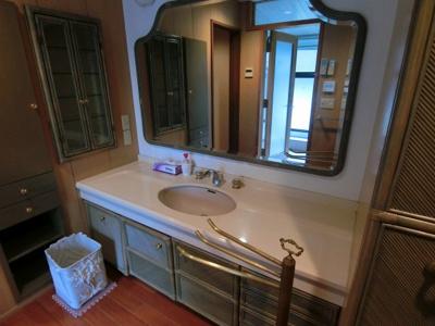 鏡が大きく、使い勝手の良い洗面台です