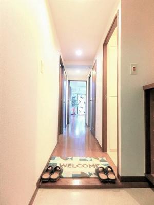 玄関から室内への景観です!左手に納戸、右手に洗面所、廊下の奥にリビングダイニングキッチンがあります☆