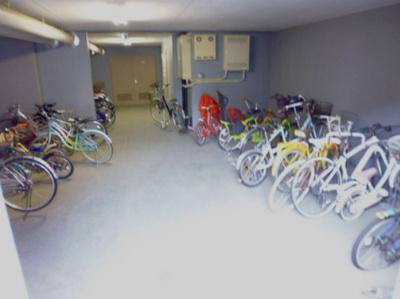 屋内駐輪場で雨が降っても大切な自転車が濡れなくてすみますね♪自転車はちょっとした移動手段に便利ですよ!