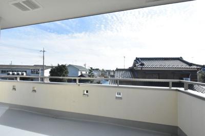 バルコニーからの眺望。周りに高い建物もなく、南側も広く空いているので日当たり・眺望・風通しも良好です♪