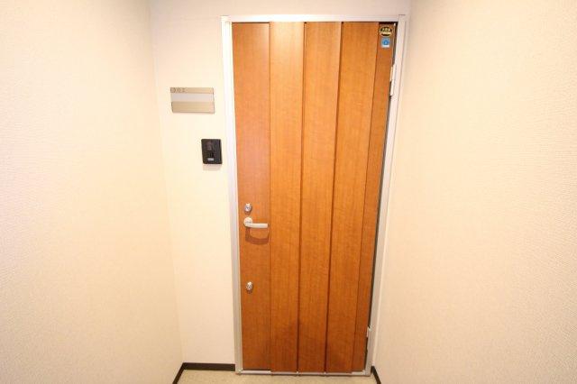 木の温もりを感じる玄関ドア