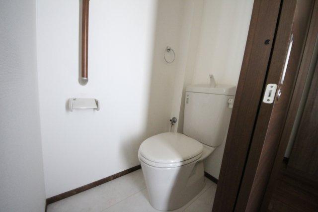 トイレにも手すり付き