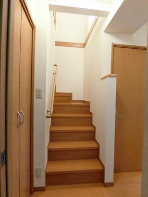 1階から2階への階段です!手すりがついているので安心ですね☆