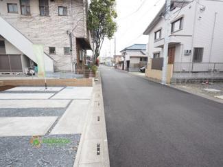 前面道路が広く、駐車も楽ちんです。