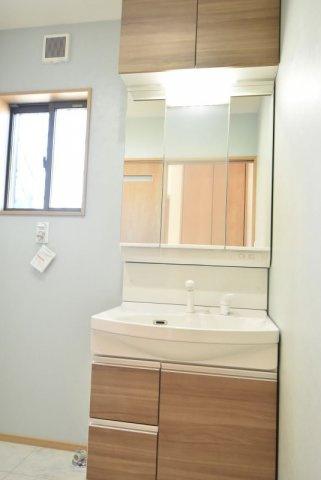 タカラの洗面化粧台。高品位ホーローボウルはキレイが長持ち♪収納付き三面鏡や引き出しタイプの収納など、使いやすい仕様です。