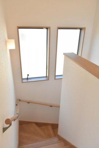 階段室も大きな窓で明るく、風通しもよくなっています。