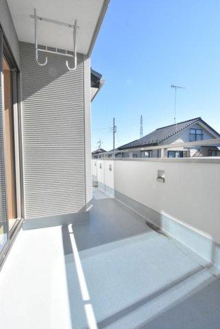 一部、屋根掛かりのあるバルコニーは洗濯物干しに便利です。