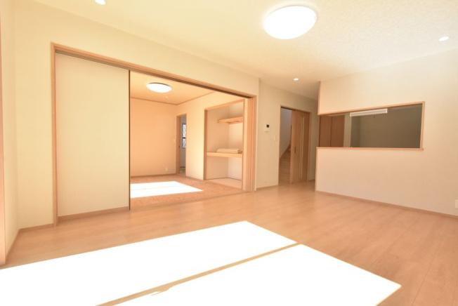 明るいLDKと和室が広くつながる設計です。