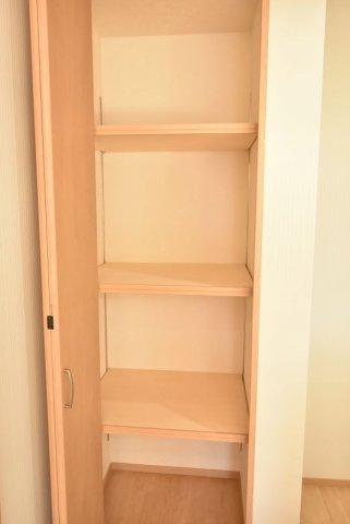 キッチンの後ろに食品庫があるので便利♪高さの変えられる可動棚付で使いやすいと好評です。