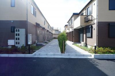 A棟とB棟の間には住民の憩いの場となる広い歩道があります!