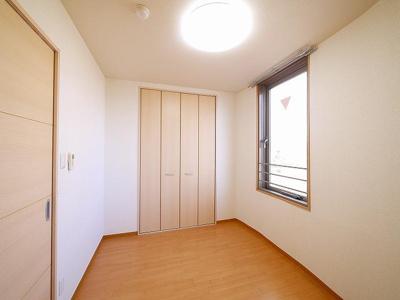 洋室も窓が多く明るいです