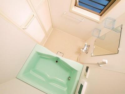 大きな窓ときれいなグリーンがポイントの浴室です
