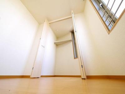 湿気のこもりがちな収納にも窓があり換気ができます