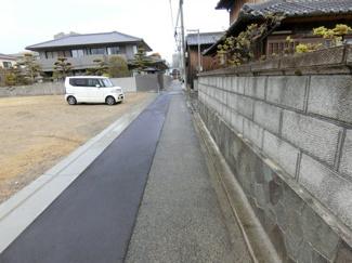 前面道路 敷地との高低差がなくいいですね