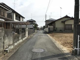 写真の右側の白い建物がある敷地が対象物件です。現在は更地です。