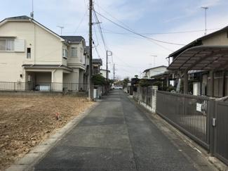 前面道路の写真です。物件は左側です。現在は更地です。