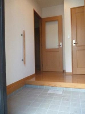 玄関から室内への景観です!広々した玄関スペースでお客様のお出迎えもスムーズにできますね☆手すりがついているのがうれしい♪
