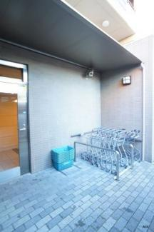 マンション勝手口に隣接スーパー「サンエー平野店」の専用カート置場があります。スーパーからカートを押してマンションまで帰って来れますよ。