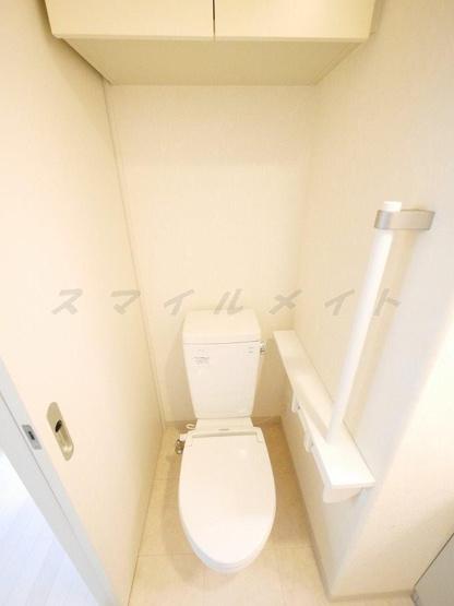 清潔感のあるトイレ・上部には収納が付いています。