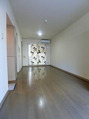 バルコニーに繋がる南西向き二面採光洋室11.8帖のお部屋です♪エアコン付きで1年中快適に過ごせますね☆