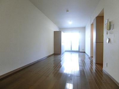 テラスに繋がる二面採光洋室11.8帖のお部屋です!可動タイプの収納があるのでお好きな位置に動かして、お部屋のレイアウトを楽しめますね♪