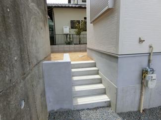 お庭へとつづく階段