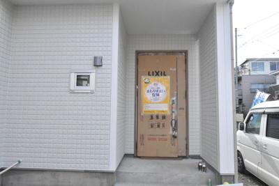 【建築中】広い玄関ポーチは雨の日でも濡れずにカギの開け閉めラクラク♪