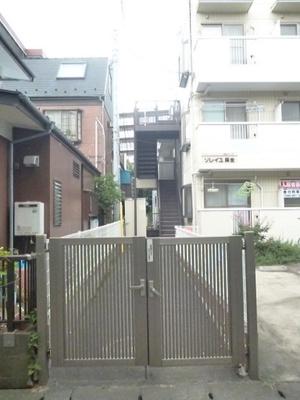 アパート入り口には門扉が付いています☆防犯対策にも有効ですね♪