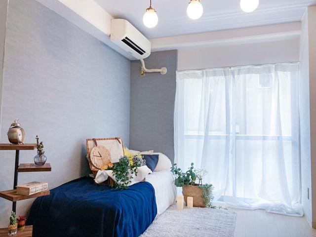 バルコニーに繋がる南西向き洋室5.6帖のお部屋です!エアコン付きで1年中快適に過ごせますね☆グレーのアクセントクロスが魅力的なお部屋です☆