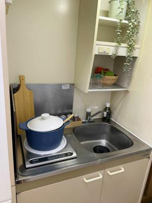 1口IH付きのキッチンです!IHは火を使わないので安心なうえ、お掃除もラクラク♪場所を取るお鍋やお皿もすっきり収納できます☆
