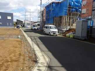 グランファミーロ八千代緑が丘D 車の運転・駐車が苦手な方でも安心の前面6m公道ですれ違いも安心の道幅です♪