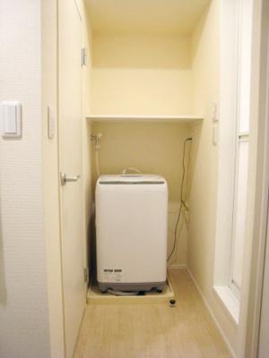 大きな鏡が特徴の洗面化粧台。収納のたっぷり。