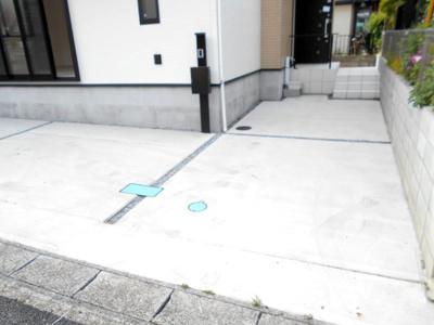 駐車場の用意があります。デザイン住宅3LDKとワイドバルコニー駐車2台。車種によります。