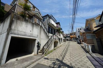 【前面道路含む現地写真】保土ヶ谷区坂本町 中古戸建て