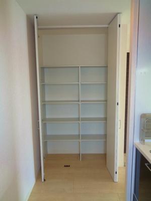 LDK12.3帖 キッチン横収納棚