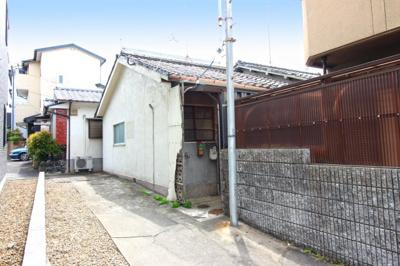 《伏見岡本病院》が190mにあるので急な病気にもすぐ対応出来て助かります。また《国立病院機構 京都医療センター》も車で約8分にあるので救急なども対応出来て安心です。