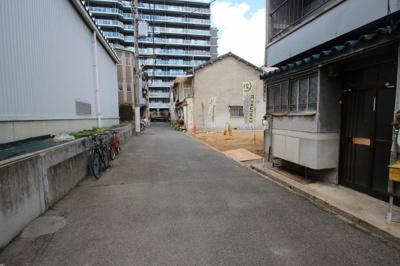 前面道路含む現地写真です。 今福鶴見駅まで徒歩5分と好立地♪