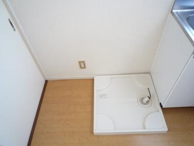 洗濯機置き場(隣に冷蔵庫を置くことができます)
