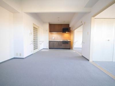 フルフラットキッチン・約10.5帖の開放感のある空間です。