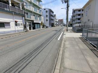 前面道路 南側は歩道も含め幅員10メートル以上 ゆったりとしてます
