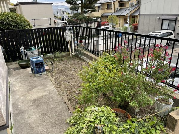 玄関前の庭スペース