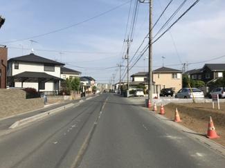 前面道路の写真です。物件は右側です。
