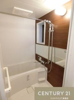 浴室換気乾燥暖房機付きバスです。 洗濯物も干す事ができ雨の日などは重宝されそうですね。