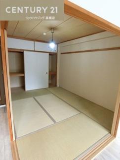 リビング横の約6畳の和室です。 来客の際にも活用できるスペースですね。
