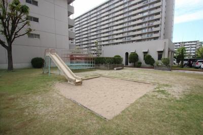 敷地内に公園があるのでお子さんも安心して遊ばせてあげられますね。