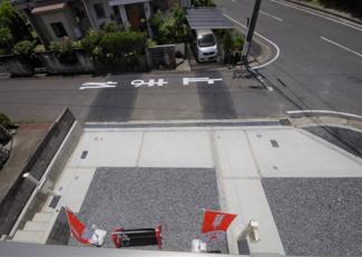 2号棟 現地(2019年6月)撮影 南向きの2WAYワイドバルコニーからの眺望。目の下に駐車場。