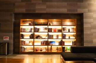 【エントランスホール】おしゃれな本棚があります。