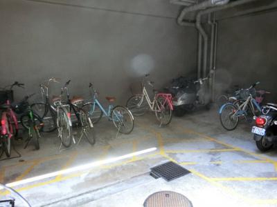 【現地写真】 駐輪場♪広いスペースなので、乗り降りもラクラク♪